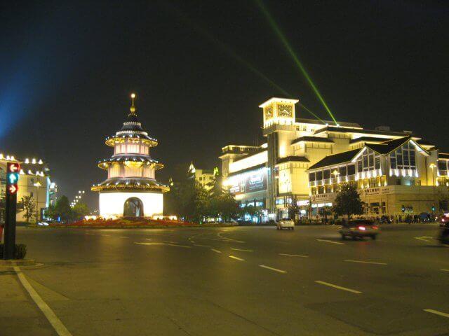 Zentrum bei Nacht. Dienstreise nach Yangzhou 扬州市, Universität und Yang Zhou bei Nacht.