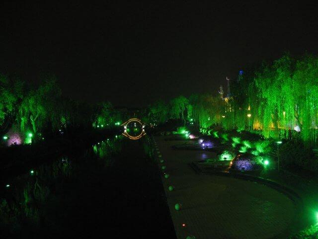 Nette Beleuchtung bei Nacht. Dienstreise nach Yangzhou 扬州市, Universität und Yang Zhou bei Nacht.