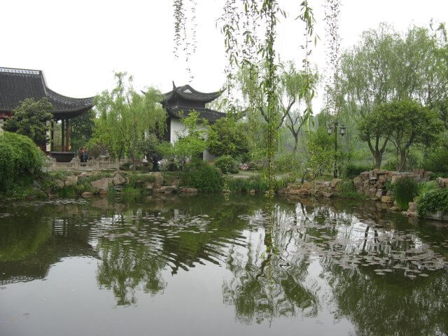 Tempel mit Teich. Dienstreise nach Yangzhou 扬州市, Slender West Lake 瘦西湖), China.