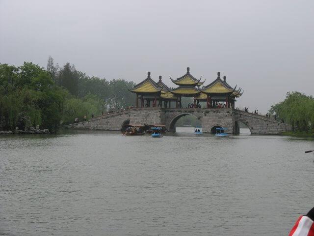 Die Tempelbrücke. Dienstreise nach Yangzhou 扬州市, Slender West Lake 瘦西湖), China.