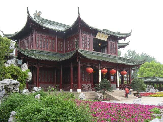 Roter chinesischer Tempel. Dienstreise nach Yangzhou 扬州市, Slender West Lake 瘦西湖), China.