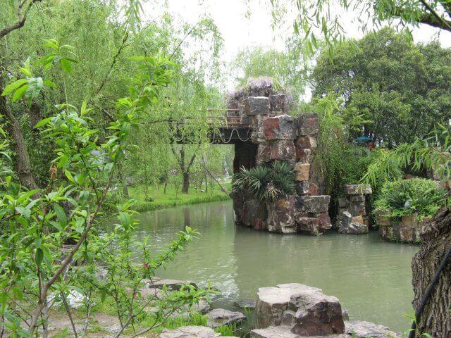 Brücke aus Naturstein. Dienstreise nach Yangzhou 扬州市, Slender West Lake 瘦西湖), China.