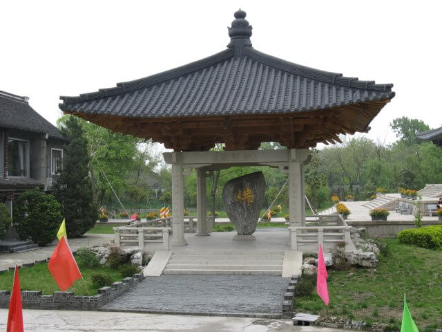 Gedenkstein. Dienstreise nach Yangzhou 扬州市, Slender West Lake 瘦西湖), China.