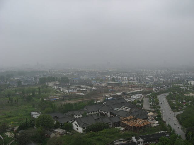 Blick vom Turm auf Wohnsiedlung. Dienstreise nach Yangzhou 扬州市, Slender West Lake 瘦西湖), China.