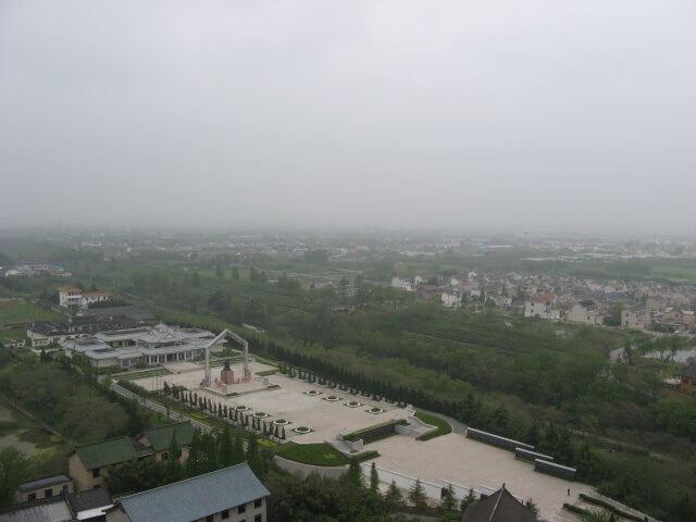Blick vom Turm auf Denkmalstätte. Dienstreise nach Yangzhou 扬州市, Slender West Lake 瘦西湖), China.
