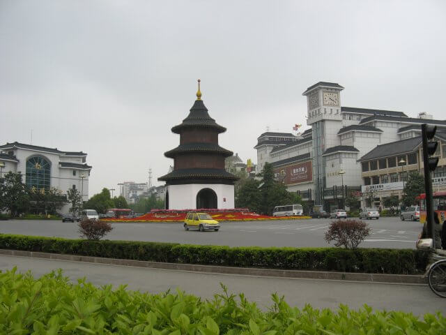 Stadtzentrum bei Tageslicht. Dienstreise nach Yangzhou 扬州市, Slender West Lake 瘦西湖), China.