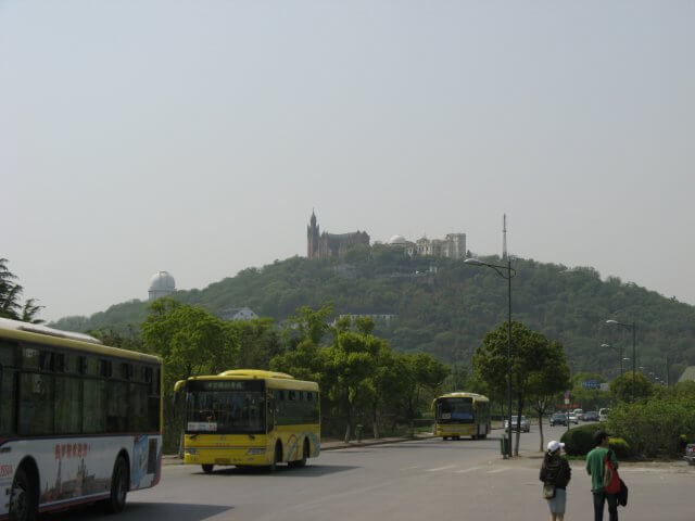 Fernblick nach Sheshan (佘山) hill mit der Our Lady of China Catholic church, Shanghai, China.