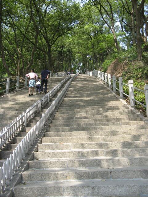 Viele Treppen zum Sheshan (佘山) hill mit der Our Lady of China Catholic church, Shanghai, China.