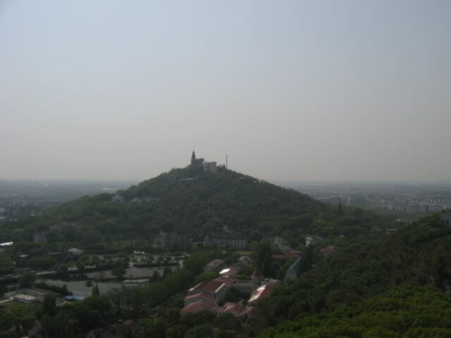 Fernblick zum Sheshan (佘山) hill mit der Our Lady of China Catholic church, Shanghai, China.