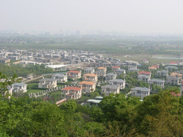 Ausblick auf neue Wohngebiete vom Sheshan (佘山) hill mit der Our Lady of China Catholic church, Shanghai, China.