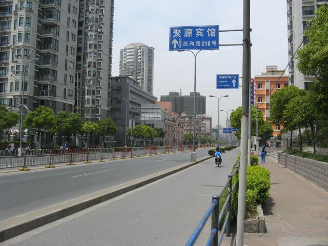 Moderne Ausfallstraße. Schön ist anders. Alltägliche Bilder aus Shanghai 上海, China.