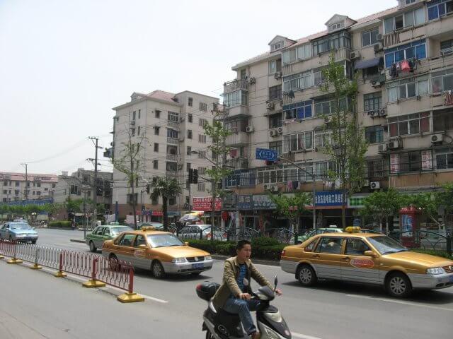 Häuserblocks. Schön ist anders. Alltägliche Bilder aus Shanghai 上海, China.