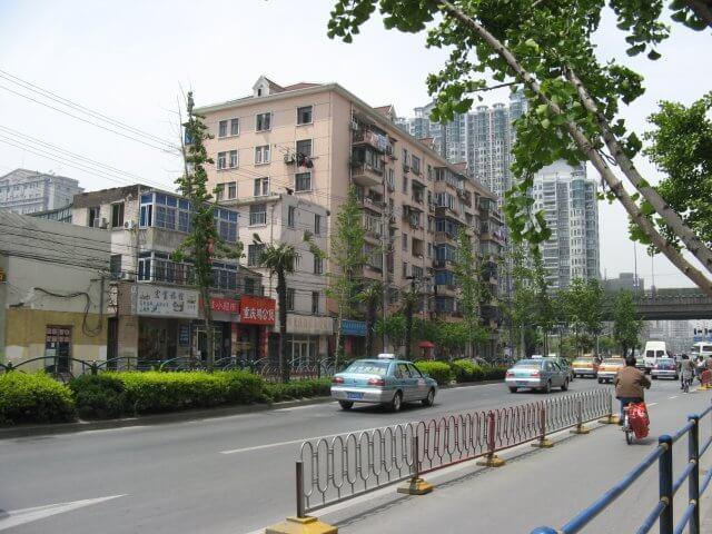 Straße mit ein wenig Grün. Schön ist anders. Alltägliche Bilder aus Shanghai 上海, China.