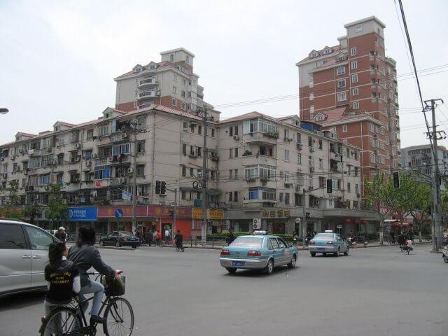 Straßenkreuzung. Schön ist anders. Alltägliche Bilder aus Shanghai 上海, China.