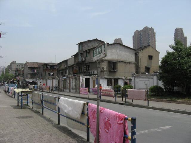 Wäsche zum Trocknen an der Straße. Schön ist anders. Alltägliche Bilder aus Shanghai 上海, China.