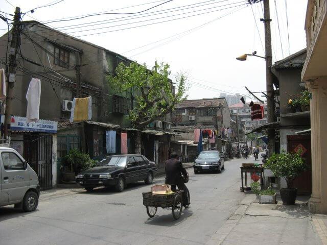Älteres Wohnviertel. Schön ist anders. Alltägliche Bilder aus Shanghai 上海, China.