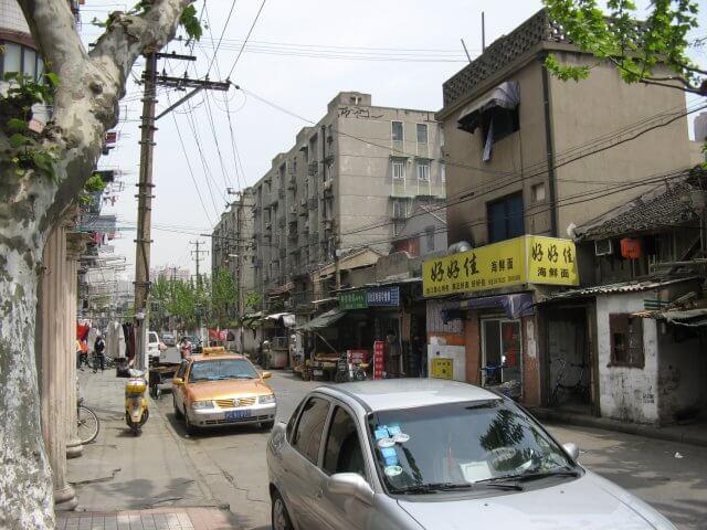 Kleinere Straße. Schön ist anders. Alltägliche Bilder aus Shanghai 上海, China.