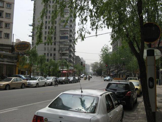 Älteres Hochhaus. Schön ist anders. Alltägliche Bilder aus Shanghai 上海, China.