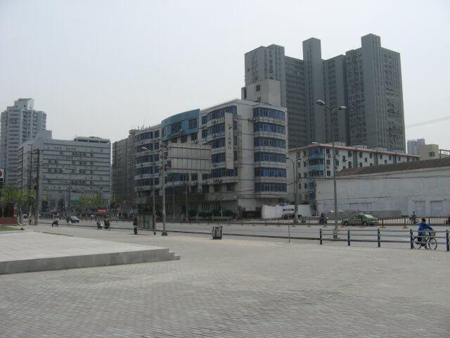 Freier Platz. Schön ist anders. Alltägliche Bilder aus Shanghai 上海, China.