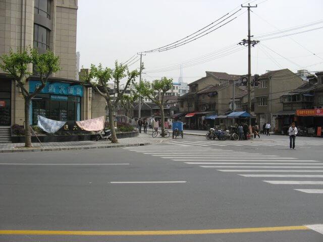 Überweg. Schön ist anders. Alltägliche Bilder aus Shanghai 上海, China.