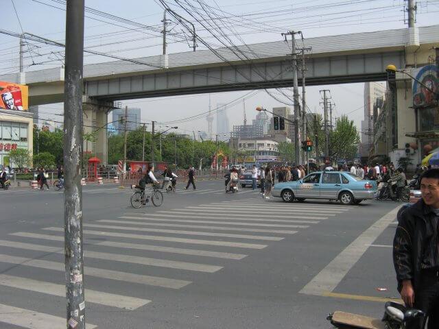 Kreuzung. Schön ist anders. Alltägliche Bilder aus Shanghai 上海, China.