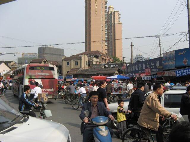 Gewusel im Verkehr. Schön ist anders. Alltägliche Bilder aus Shanghai 上海, China.