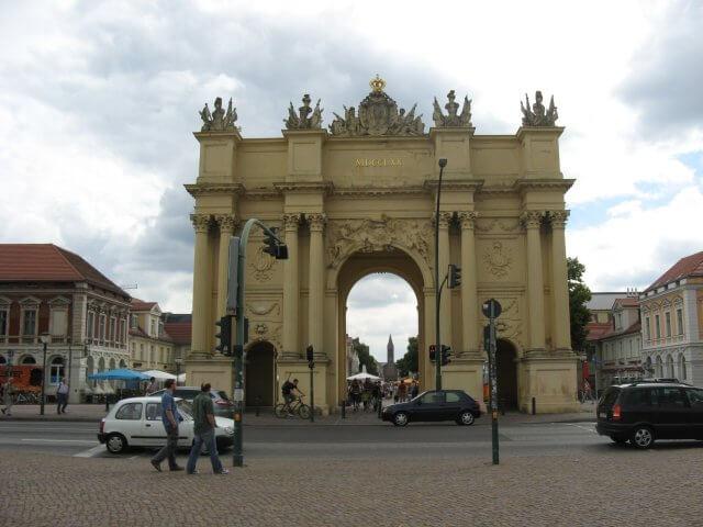 Tor in der Fußgängerzone. Eindrücke aus Potsdam, Sanssouci und neues Palais.