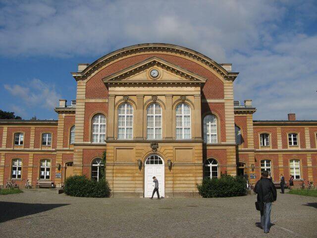 Eingang zur Universität. Eindrücke aus Potsdam, Sanssouci und neues Palais.