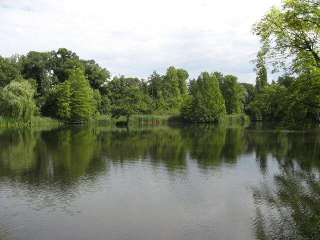 Eindrücke aus Potsdam, See im Park. Sanssouci und neues Palais.