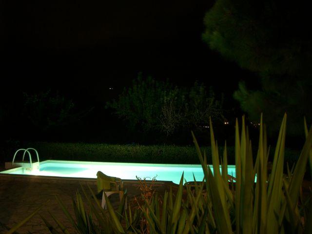 Pool unserer Finca bei Nacht. Wanderungen in der Bergwelt Mallorcas.