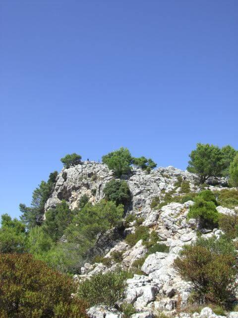 Felsen bei strahlend blauem Himmel. Wanderungen in der Bergwelt Mallorcas.