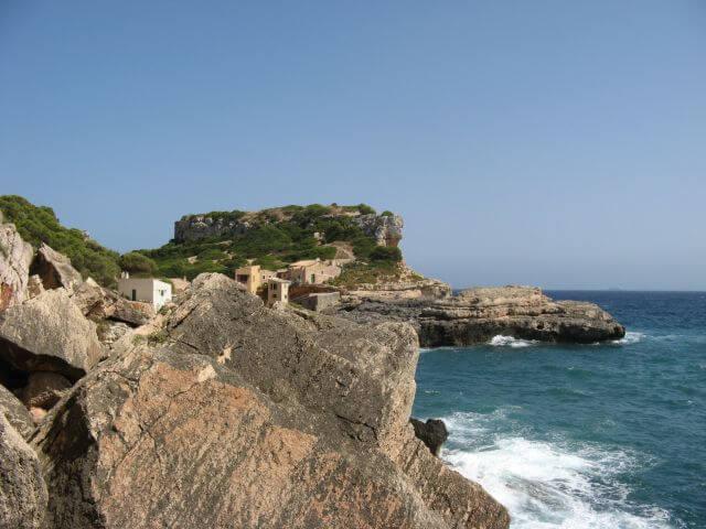 Steilküste am Meer. Wanderungen in der Bergwelt Mallorcas.