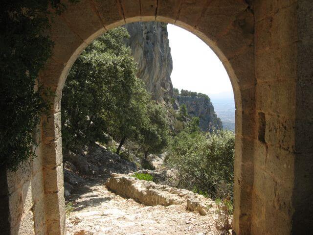 Ausblick von der Schicksalsfestung Mallorcas, dem Castell d' Alaró. Wanderungen in der Bergwelt Mallorcas.