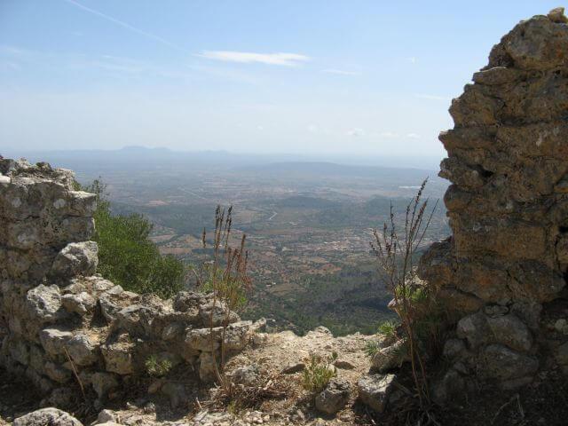 Blick übers Land, von der Schicksalsfestung Mallorcas, dem Castell d' Alaró. Wanderungen in der Bergwelt Mallorcas.