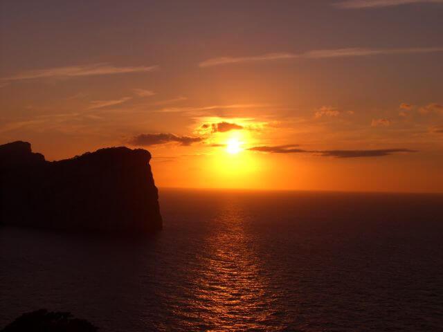 Sonnenuntergang am Meer. Wanderungen in der Bergwelt Mallorcas.