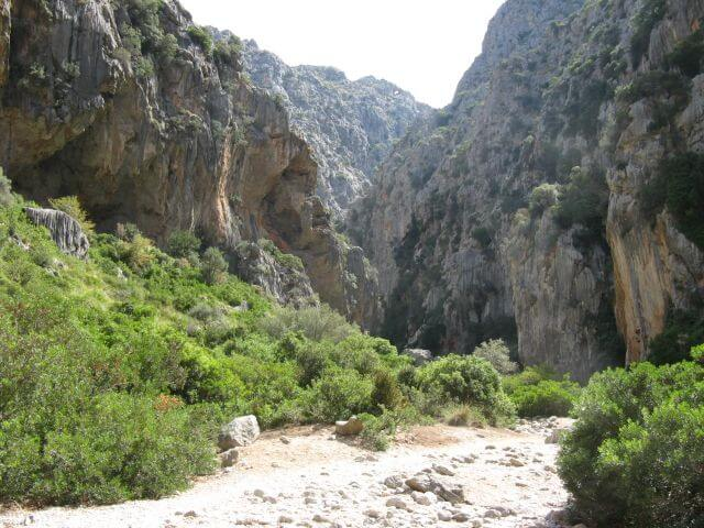 Eingang zur Sa Calobra Schlucht. Wanderungen in der Bergwelt Mallorcas.