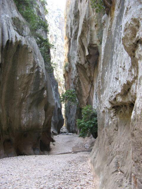 Steile Felswände in der Sa Calobra Schlucht. Wanderungen in der Bergwelt Mallorcas.
