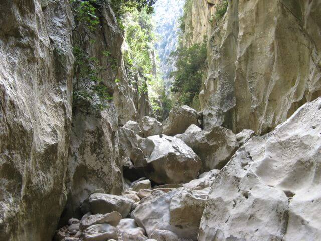Geröll in der Sa Calobra Schlucht. Wanderungen in der Bergwelt Mallorcas.