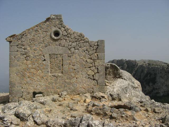 Verfallene Schutzhütte auf dem Reitweg des Erzherzogs. Wanderungen in der Bergwelt Mallorcas.