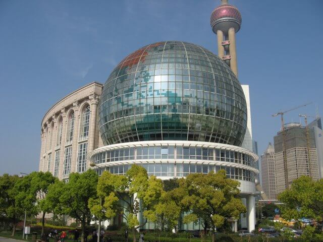 Das Shanghai International Convention Center. Unterwegs in Pudong 浦东新区 - das Manhattan Shanghais, China
