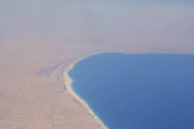 Ägyptens Mittelmeerküste aus der Luft. Nilkreuzfahrt und Badeurlaub am Roten Meer in Ägypten.