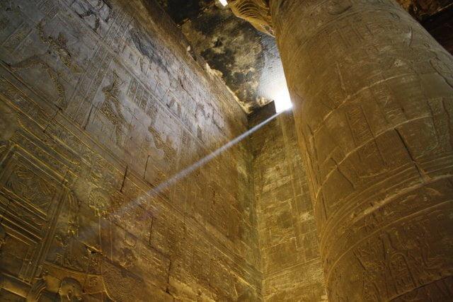 Geheimnisvolles Lichtspiel in einem ägyptischen Tempel. Nilkreuzfahrt und Badeurlaub am Roten Meer in Ägypten