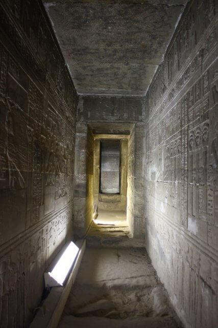 Dunkle Gänge in ägyptischen Tempeln. Nilkreuzfahrt und Badeurlaub am Roten Meer in Ägypten.
