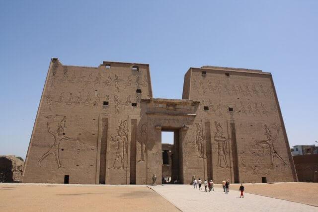 Eingang zur Tempelanlage. Nilkreuzfahrt und Badeurlaub am Roten Meer in Ägypten