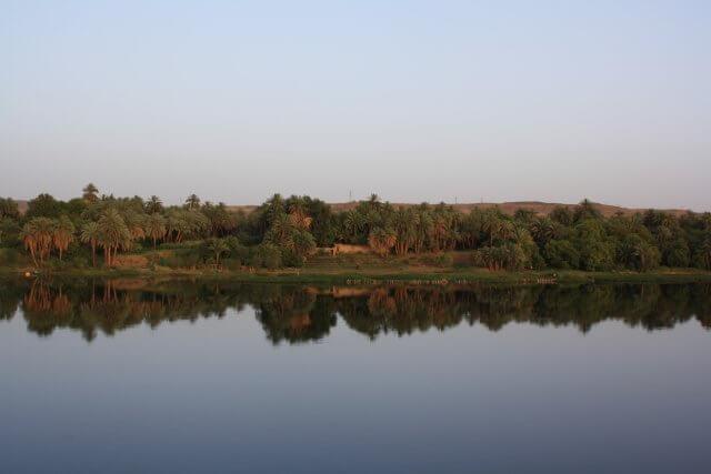 Spiegelglatte Wasseroberfläche auf dem Nil.Nilkreuzfahrt und Badeurlaub am Roten Meer in Ägypten