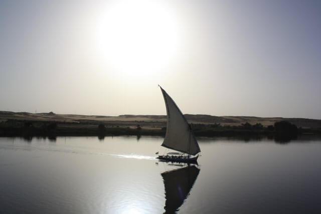 Segelboot und Sonnenuntergang auf dem Nil. Nilkreuzfahrt und Badeurlaub am Roten Meer in Ägypten