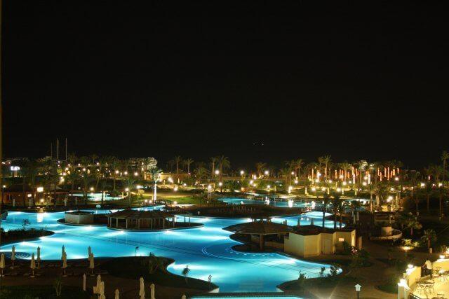 Poolanlage des Steigenberger Hotels. Nilkreuzfahrt und Badeurlaub am Roten Meer in Ägypten.