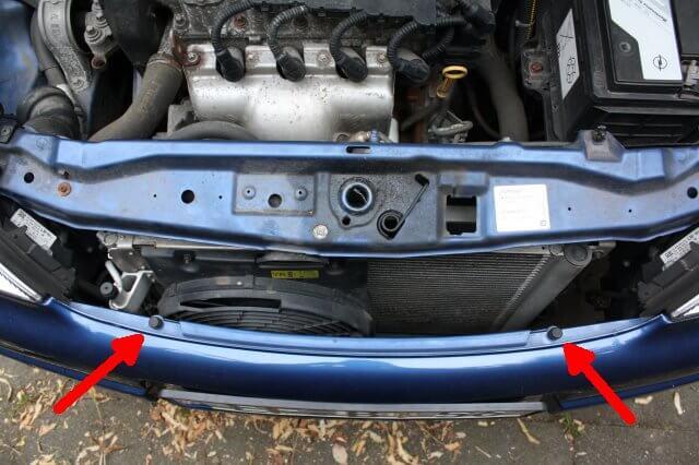 Schrauben für die Stoßstange finden. Opel Astra G Xenon Scheinwerfer Licht Reparatur.
