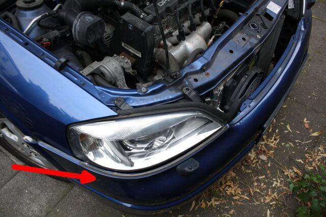 Scheinwerfer lösen. Opel Astra G Xenon Scheinwerfer Licht Reparatur.