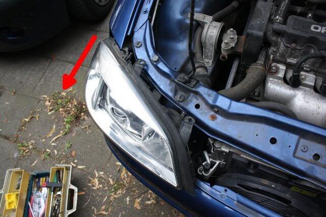 Scheinwerfer herausziehen. Opel Astra G Xenon Scheinwerfer Licht Reparatur.